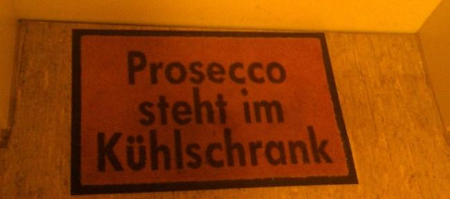 Willkommensgruß vor einer Münchner Wohnungstür. Wo sonst.